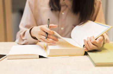 勉強に励む女性